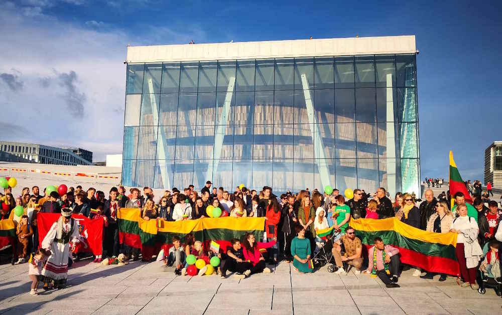 Karaliaus Mindaugo karūnavimo minėjimas. Lietuviai kasmet susirenka liepos 6 d. prie Oslo Operos sugiedoti kartu Lietuvos himno.